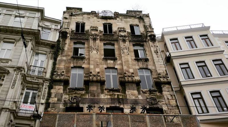 1900 yılında İstiklal Caddesi'nde inşa edilen ve İstanbul'un en eski apartmanlarından biri olan Botter Apartmanı (Botter Han)