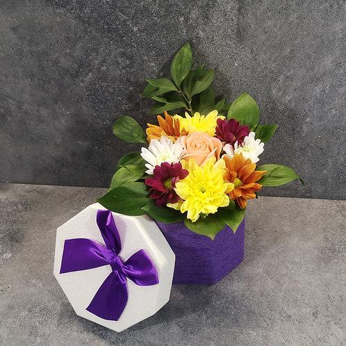 Подаръчни кутии с дръжки /осмоъгълни/ с аранжировка от цветя/бонбони