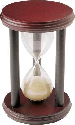 Пясъчен часовник с бял пясък и тъмно кафява дървена рамка