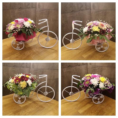 Голямо метално колело със сезонни цветя
