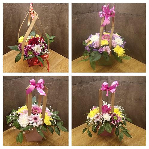 Хартиена кошничка с микс от сезонни цветя
