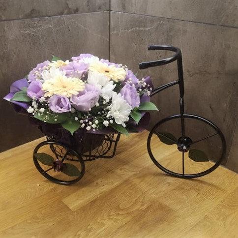 Голямо черно метално колело със сезонни цветя