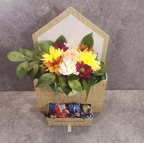 """Подаръчна кутия """"Плик"""" с  аранжировка от цветя/бонбони"""
