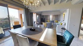 Lounge-Spa-Suite-Opera-vue-piscine-et-mo