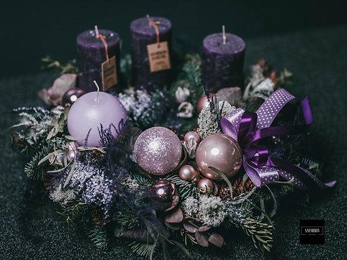 Adventes vainags violetām sveces