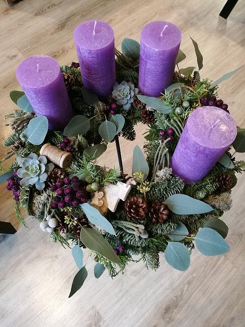 Adventes vainags lillā sveces