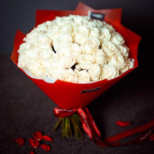 Balto rožu pušķis (49 rozes)