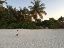 Strandspaziergang auf einsamer Insel