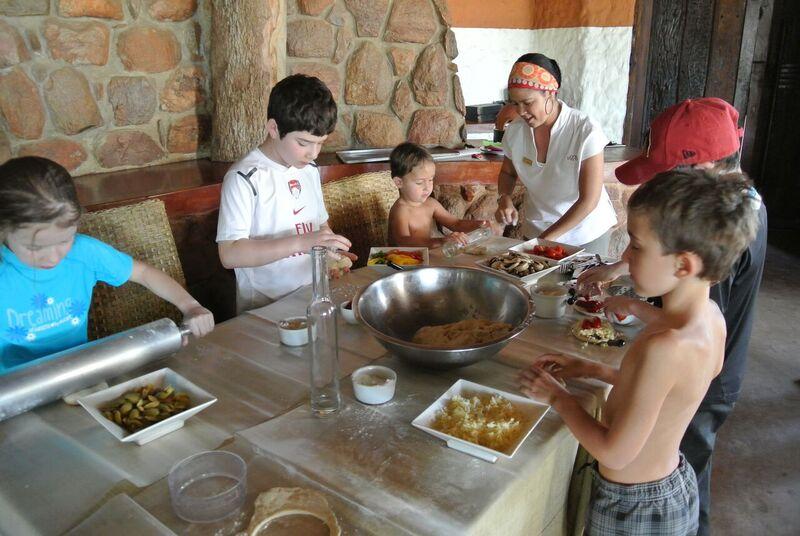 Kinder beim Pizzabacken