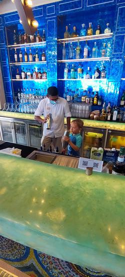 Felix übt sich als Bartender