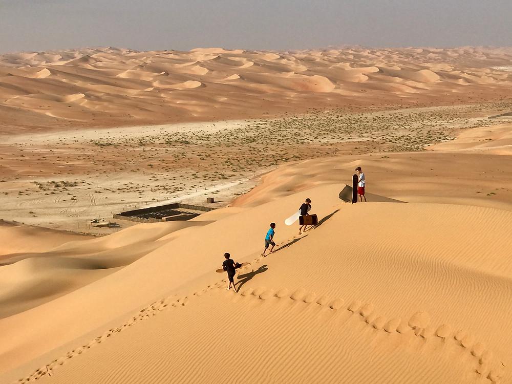 Sandboarden in der Wüste von Abu Dhabi