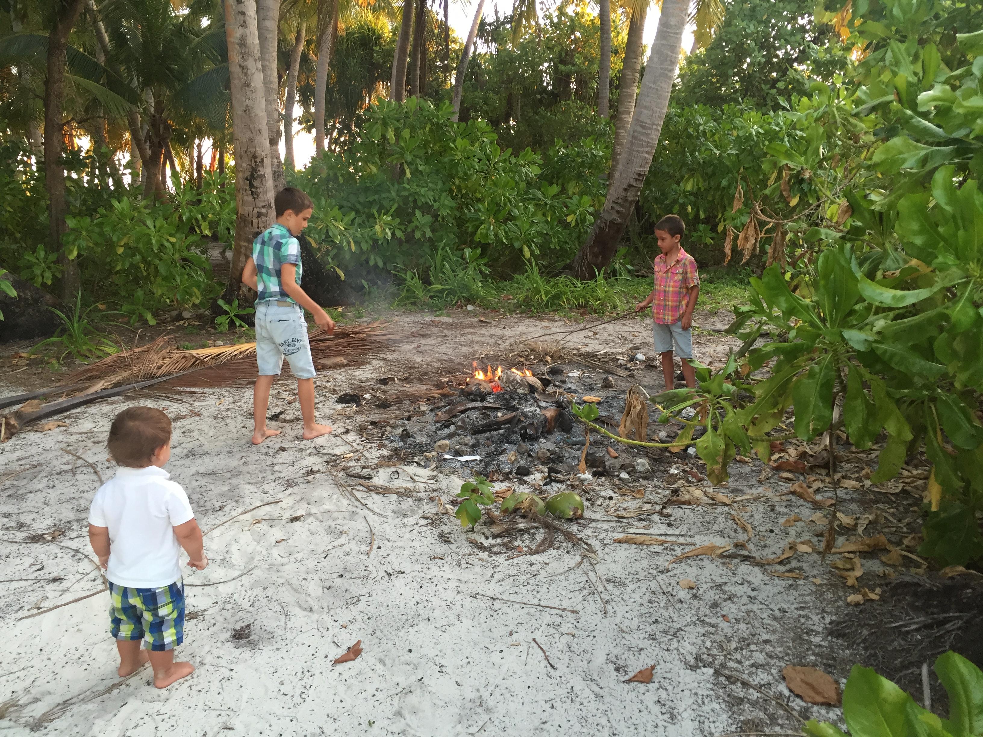 Lagerfeuer auf der einsamen Insel
