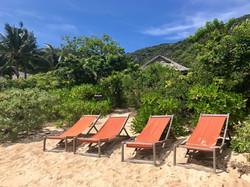 Strandliegen vor der Villa