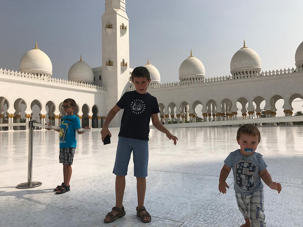 Opa mit den Jungs in der Moschee