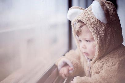 Tout-petit en costume d'ours
