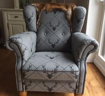 Sessel mit grauem Stoff mit Jägermotiv