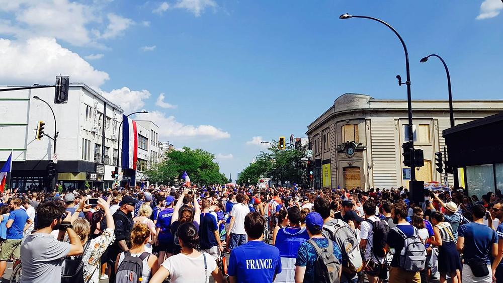 credit photo https://www.bullesetpaillettes.fr/celebrer-la-victoire-des-bleus-a-montreal-les-francais-envahissent-les-rues/