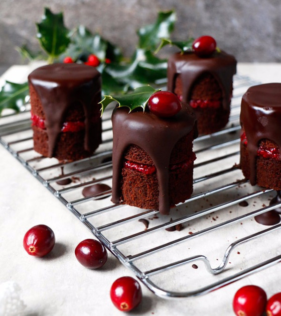 CHOCOLATE CRANBERRY CHRISTMAS MINI CAKES (VEGAN, GLUTEN-FREE, NUT-FREE)