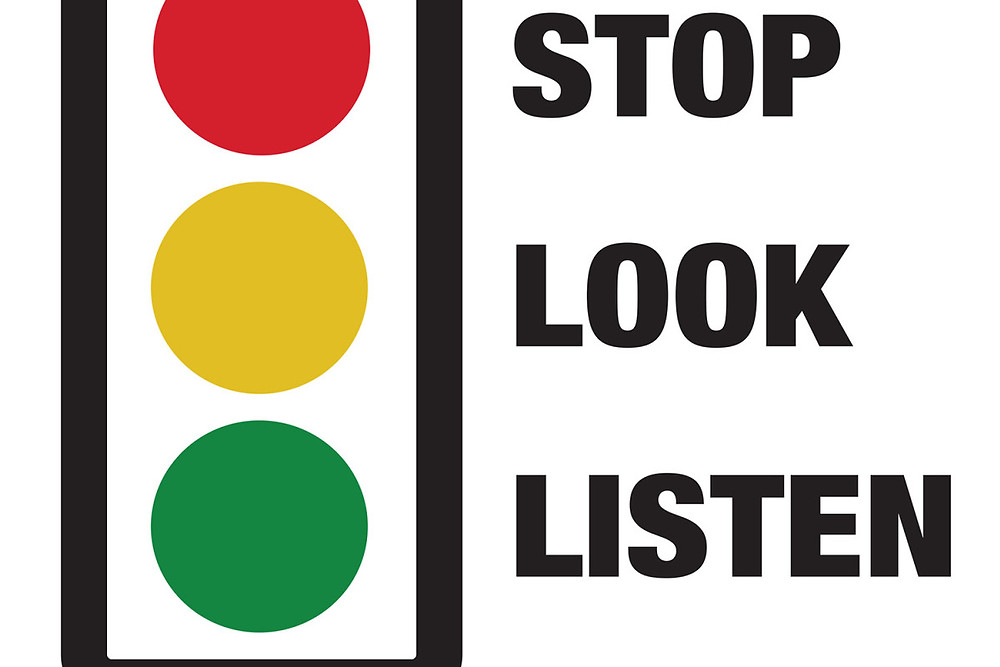 Traffic lights used as Stop Look Listen sign