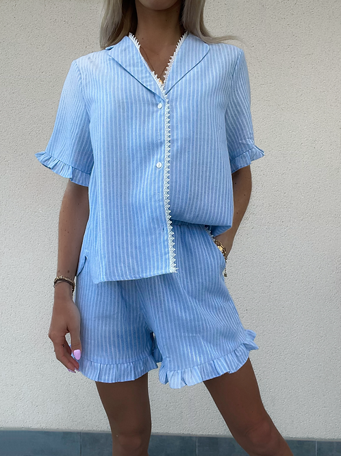 Ensemble de pyjama bleu rayé , short avec volants élastique.