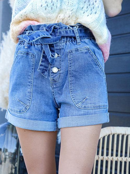 Short en jean taille haute. élastique, avec ceinture intégrée.