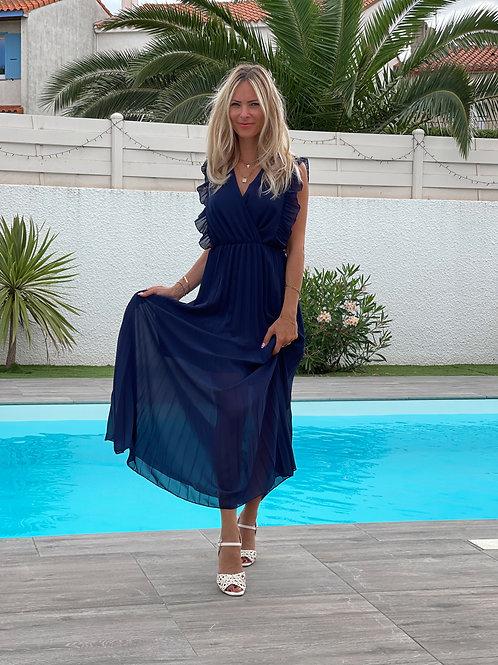 robe fluide bleu avec détails à volants au niveau des épaules.