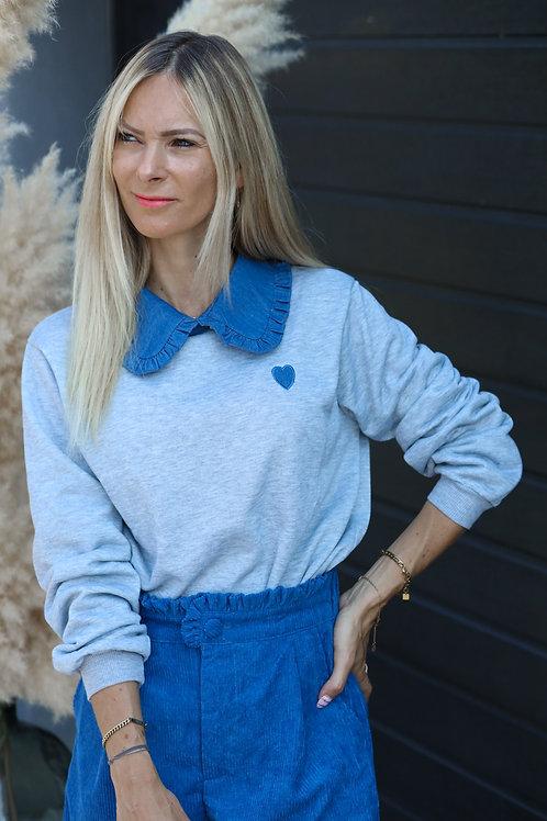 Sweat gris avec un col Claudine bleu jeans.   tendance Grecy