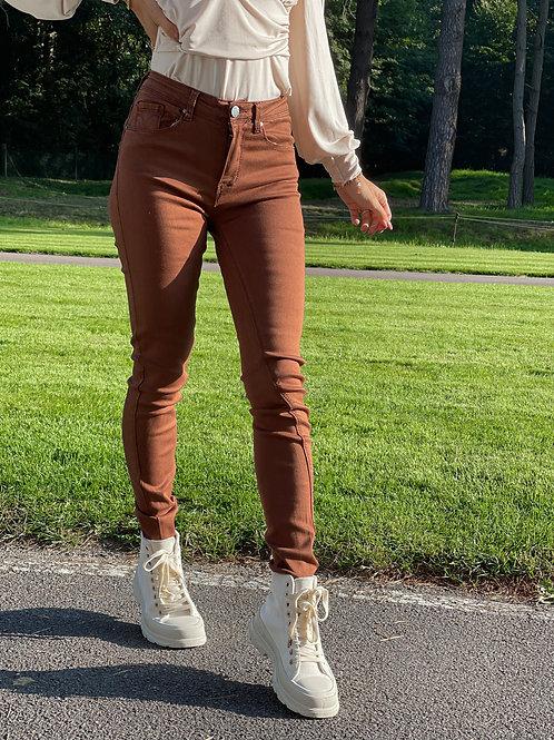 Jean slim de couleur camel. Fabriqué en France