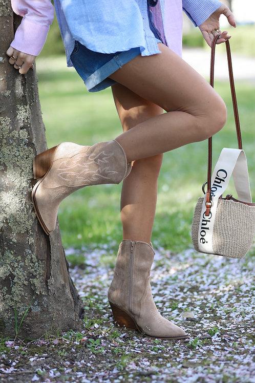 Boots beige matière suédine , style cow-boy .
