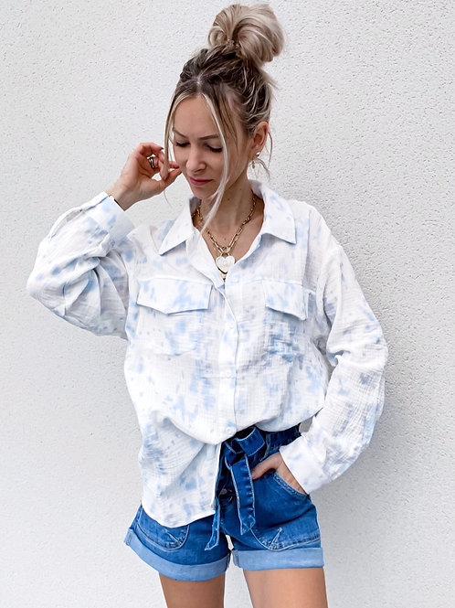Chemise blancheen gaze de coton effet tie and dye bleu ciel.  100% coton