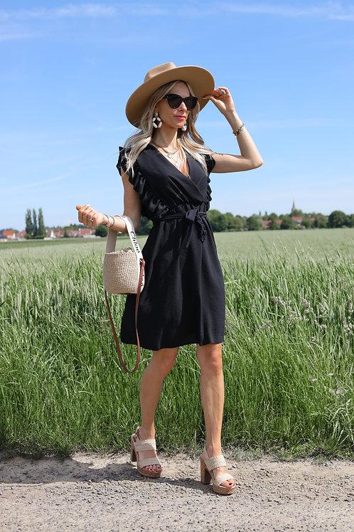 La robe noire à avoir dans sa garde robe ! Le détail des volantsau niveau de l'épaule apporte beaucoup d'élégance.  Très fac