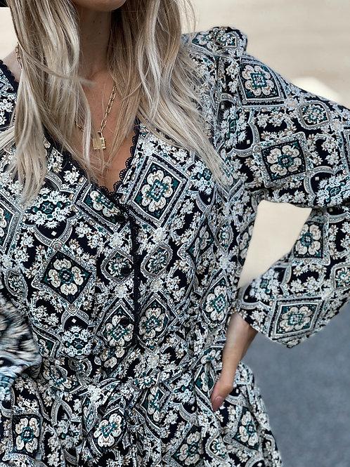 Robe avec un motif de carreaux à motifs. Tendance Grecy.