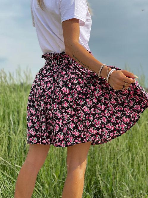 Jupe fleurie rose & noire.  Longueur idéale pour mettre la jambe en valeur.