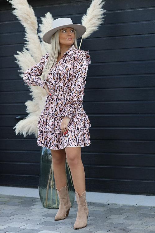 Robe pleine de motifs.  Le bas de la robe est composée de 3 volants. Détails très féminin au niveau des épaules.