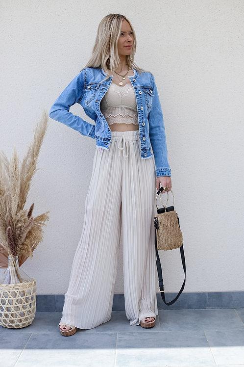 Pantalon plissé de couleur beige fluide