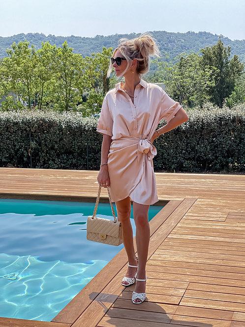 Robe chemise satinée de couleur champagne.  Magnifique ! Très bon mix entre le côté chemise et le côté satiné de la robe