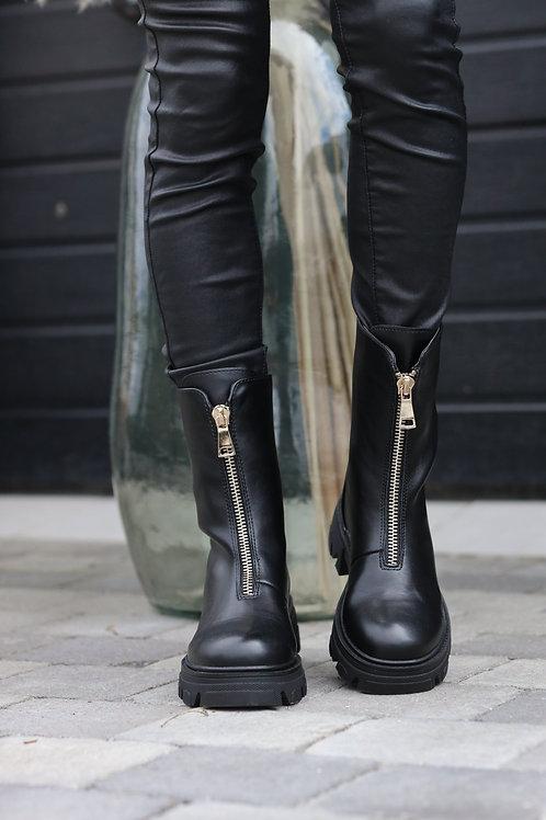 Chaussures noires avec fermeture à l'avant.
