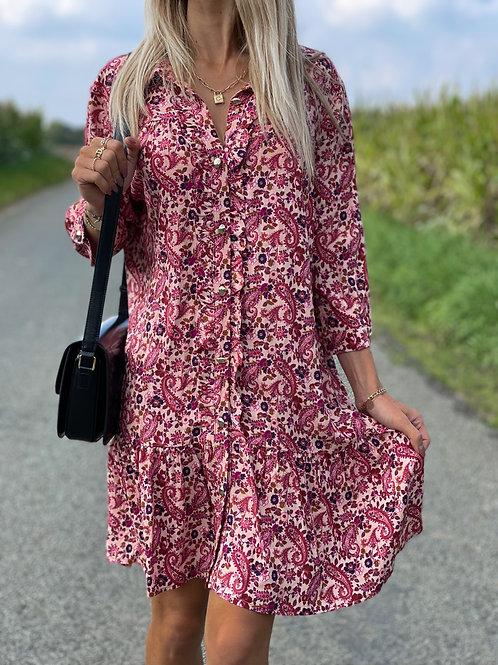 Robe de couleur rose avec un motif d'arabesques.  Très agréable à porter ! Fabriquée en France