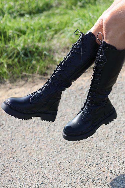 Bottes noires hautes avec un lacet.