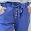 Pantalon Jogging avec boutons en bois. Il arrive au niveau de la cheville ( retroussé sur la photo ). Fabriqué en Italie