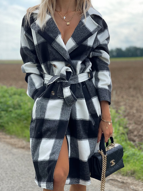 Manteau à gros carreaux noirs et blancs.  Peut se boutonner et/ou se ceinturer également.