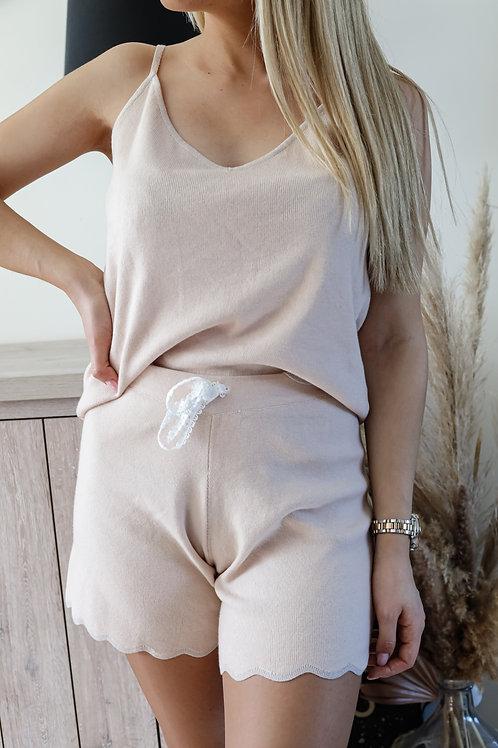 Ensemble pyjama débardeur et short. Le short possède un cordon en dentelles.