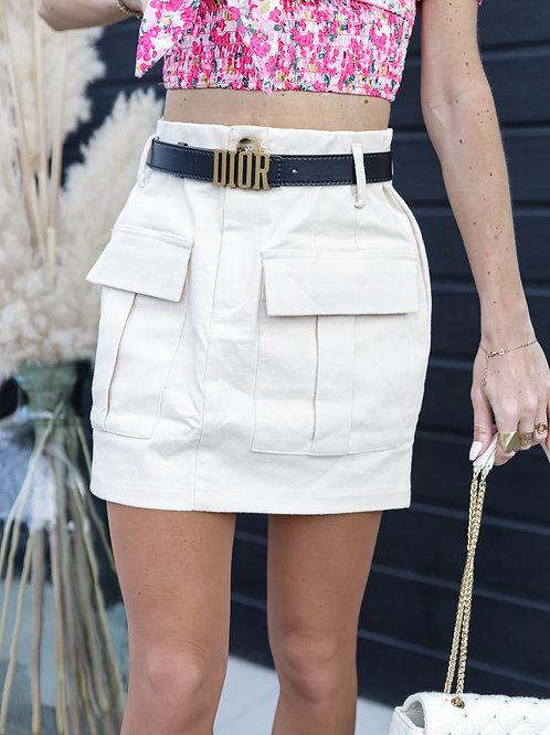 Jupe en jean beige avec poches.