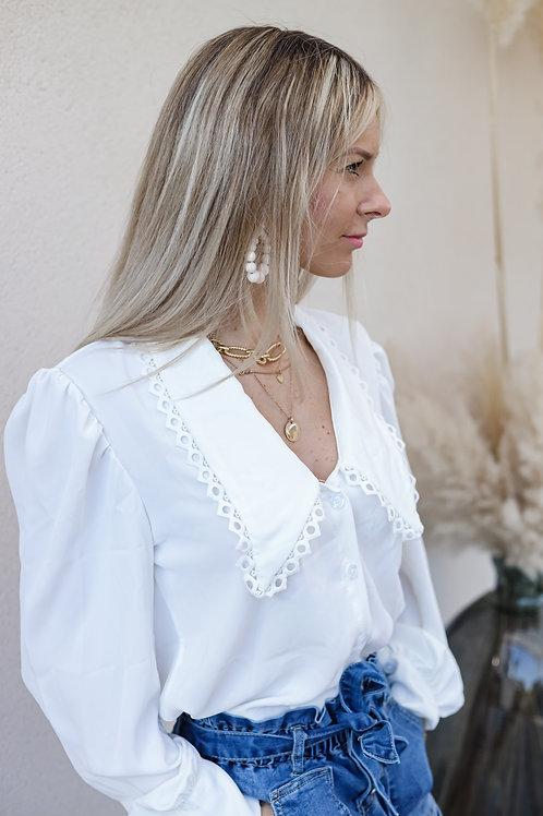 Chemise blanche , fluide très légère , avec col descendant orné de dentelles.  Fabriqué en Italie