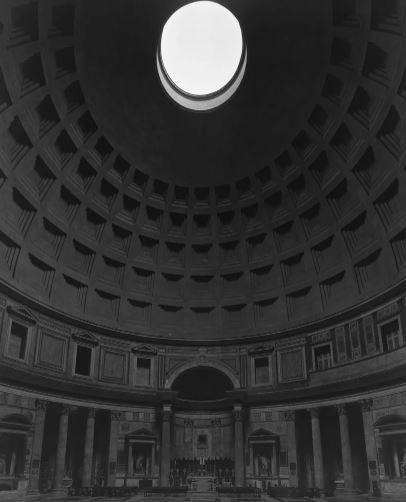 Hiroshi Sugimoto (n. 1948), Panteón, Roma, 2015. Impresión en gelatina de plata | imagen © Hiroshi Sugimoto