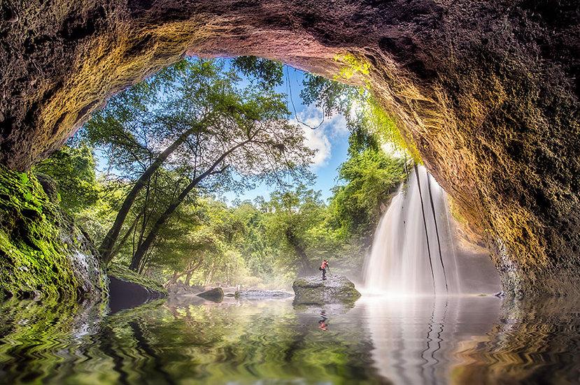 3D Mağaraya Akan Şelale Duvar Kağıdı | Ormana Yansıyan Güneş Duvar Kağıdı