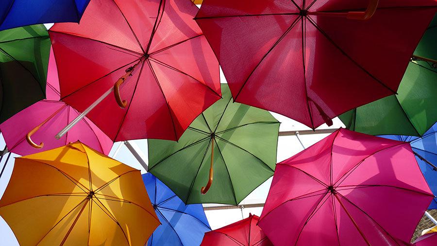 3 Boyutlu Renkli Şemsiye Manzaralı Duvar Kağıdı | Şemsiye Manzara Duvar Kağıdı