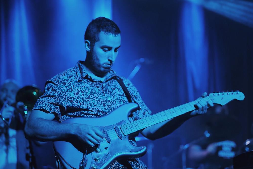 Guitarist shreds live.