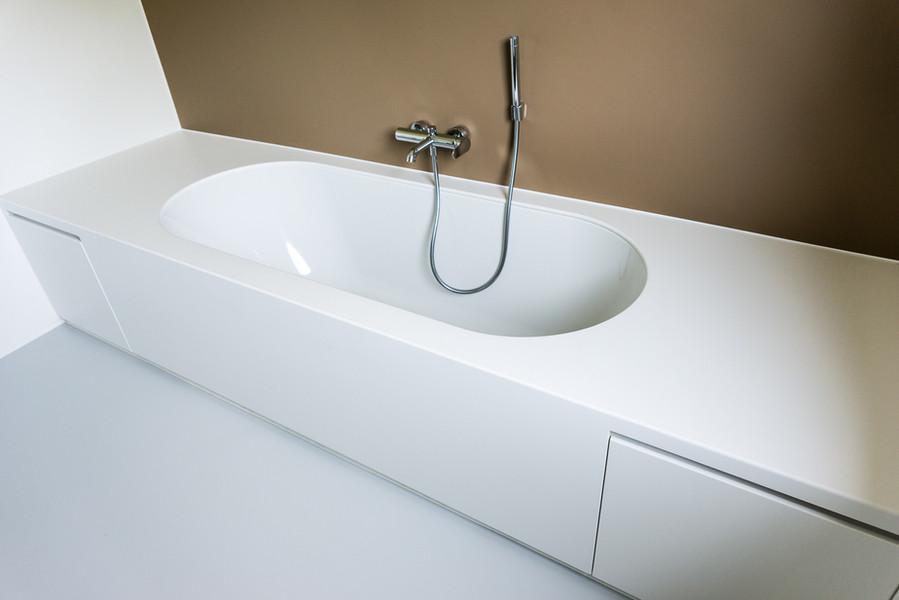Badkamer (badkuip ingewerkt in kasten) - Foto door Dirk De Cubber