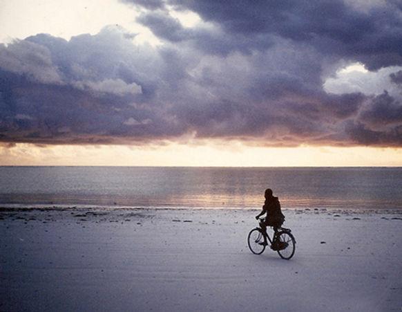 Velofahrer bei Sonnenaufgang bearbeitet.